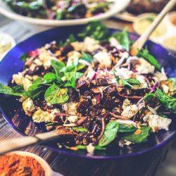 Sałatka z kaszy quinoa, z pieczonym burakiem i serem kozim
